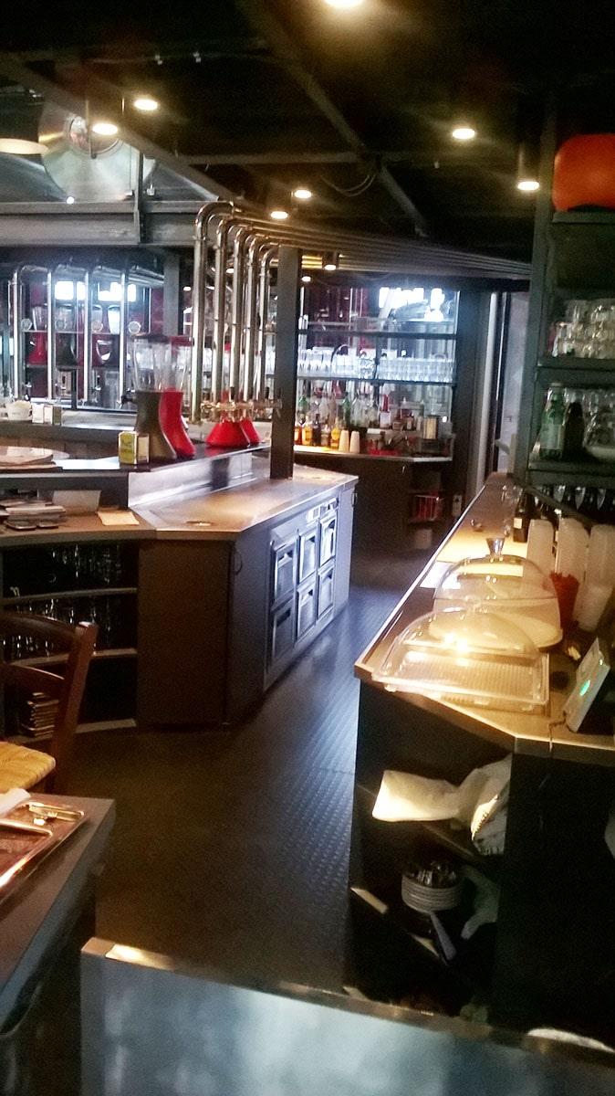Costruzione su misura arredamento birreria milano pfr for Arredamento pub inglese